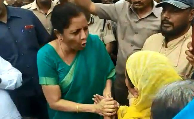 निर्मला सीतारमण के काफिले पर महिला ने फेंकी चिट्ठी, वित्तमंत्री ने दिया आश्वासन