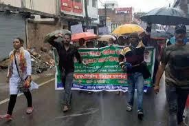 BDO और उसकी पत्नी के खिलाफ आदिवासी छात्रों ने किया जमकर प्रदर्शन, की गिरफ्तारी की मांग
