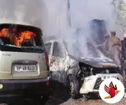 आग का गोला बनी कार में 5 साल के बच्चे को लोगों ने निकाला सुरक्षित