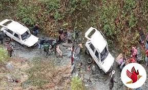 गहरी खाई में गिरी कार, 2 को मिली मौत- 2 घायल