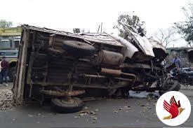 पिकअप वैन के पलटने से चालक समेत 2 युवकों की मौत