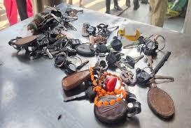 ढील के दौरान गाड़ियों में पहुंचे लोग, पुलिस ने जब्त कीं चाबियां
