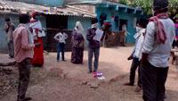 पर्यवेक्षकों एवं आंगनबाड़ी कार्यकर्ताओं द्वारा होम कोरन्टीन 152 परिवारों के घर भेंट दी