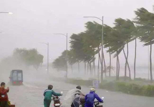 लखनऊ व आसपास के इलाकों में तेज आंधी व बारिश