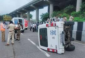 शरद पवार के काफिले का एक वाहन मुंबई-पुणे एक्सप्रेस वे पर पलटा
