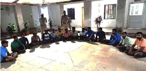 पुलिस थाना कुशलगढ़ व डीएसटी क्यूआरटी टीम बांसवाड़ा के संगठित कार्यवाही ताश पत्ती से जुआ खेलते हुए 15 गिरफ्तार