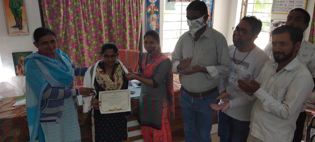 થરાદ : રાહ પગાર કેન્દ્ર શાળામાં ક્લસ્ટરના પ્રતિભાશાળી શિક્ષક તરીકે સન્માનિત કરાયા