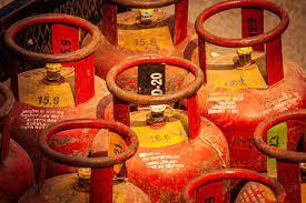 घरेलू गैस ने बिगाड़ दिया जायका और रसोई का बजट