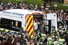स्कॉटलैंड : दो भारतीयों को हिरासत में लेने पर लोगों ने किया प्रदर्शन