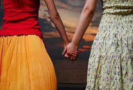 शादी की जिद पर अड़ीं दो युवतियां